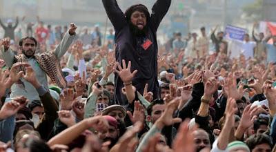 ΠΑΚΙΣΤΑΝ: Όχλος χιλιάδων αφιονισμένων μουσουλμάνοι απαιτεί τον αποκεφαλισμό χριστιανού έφηβου λόγω «βλασφημίας» - Εικόνα1