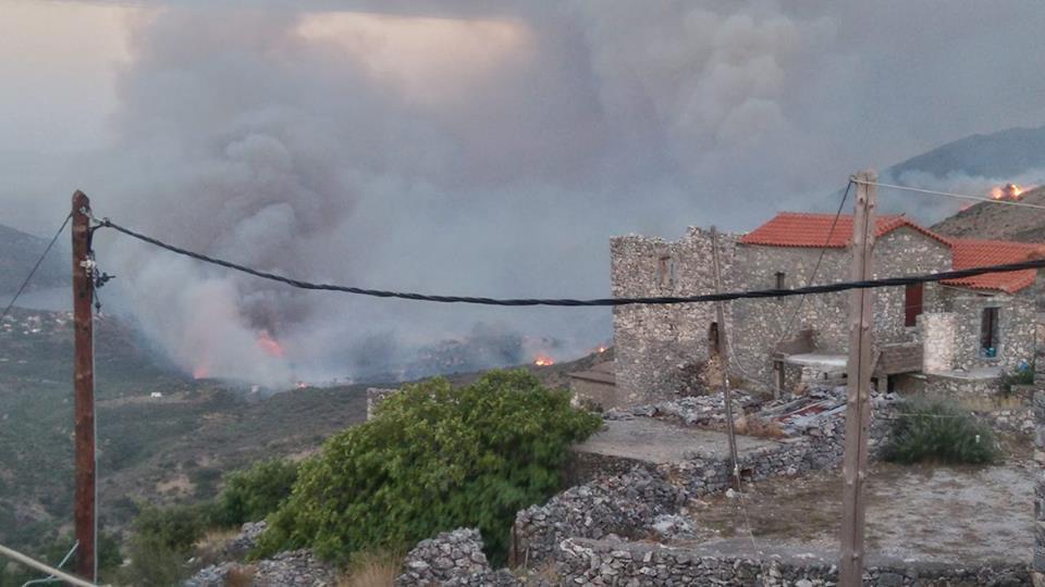 Σε πύρινο κλοιό η ανατολική Μάνη: Κάηκαν σπίτια σε χωριά - Εικόνα 1