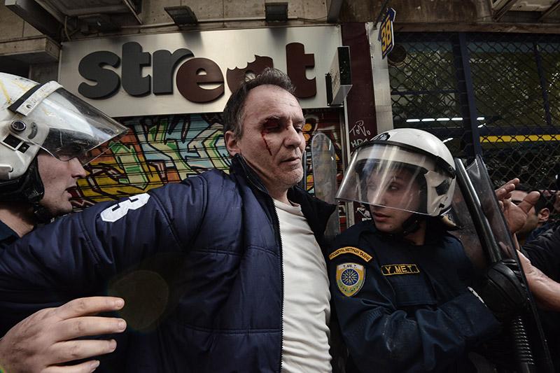 Πλειστηριασμοί: Συγκρούσεις με τα ΜΑΤ, τραυματίες και προσαγωγές - Εικόνα 0
