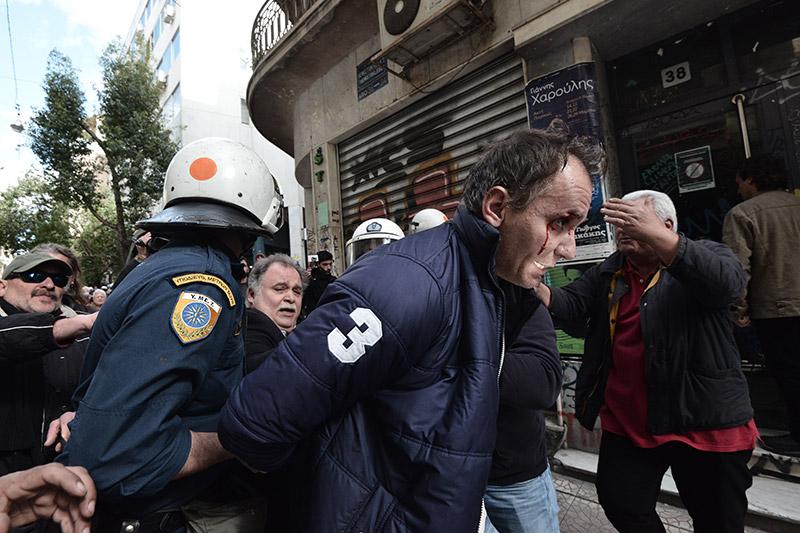 Πλειστηριασμοί: Συγκρούσεις με τα ΜΑΤ, τραυματίες και προσαγωγές - Εικόνα 1