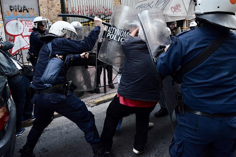 Πλειστηριασμοί: Συγκρούσεις με τα ΜΑΤ, τραυματίες και προσαγωγές - Εικόνα 14