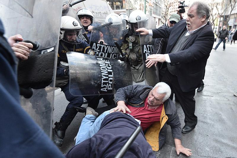 Πλειστηριασμοί: Συγκρούσεις με τα ΜΑΤ, τραυματίες και προσαγωγές - Εικόνα 15