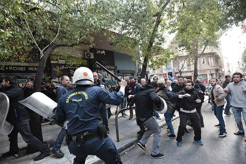 Πλειστηριασμοί: Συγκρούσεις με τα ΜΑΤ, τραυματίες και προσαγωγές - Εικόνα 16