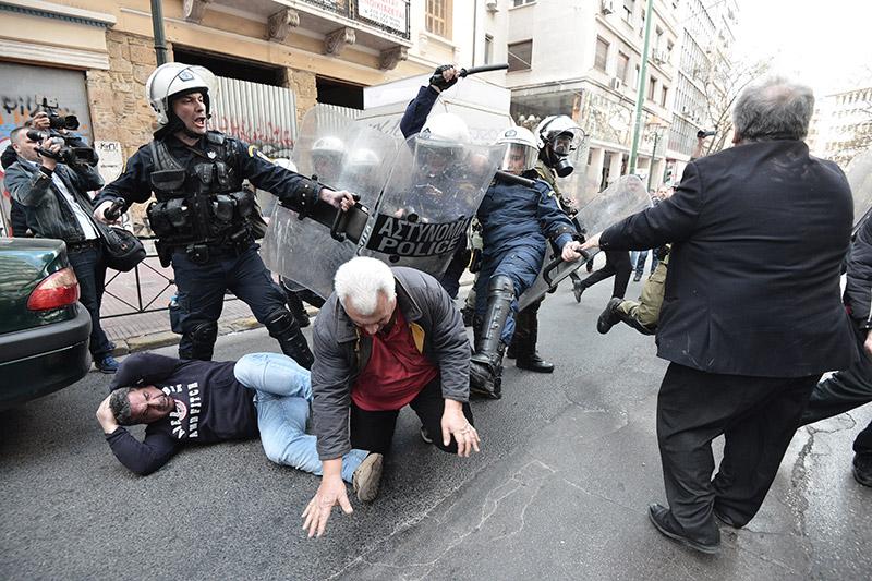 Πλειστηριασμοί: Συγκρούσεις με τα ΜΑΤ, τραυματίες και προσαγωγές - Εικόνα 2