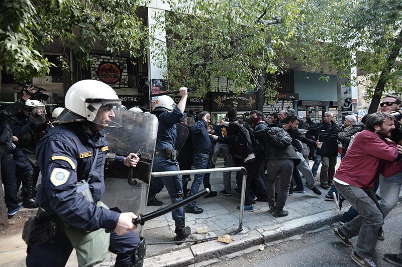 Πλειστηριασμοί: Συγκρούσεις με τα ΜΑΤ, τραυματίες και προσαγωγές - Εικόνα 4