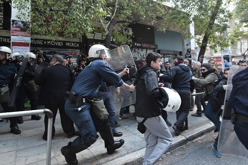Πλειστηριασμοί: Συγκρούσεις με τα ΜΑΤ, τραυματίες και προσαγωγές - Εικόνα 5