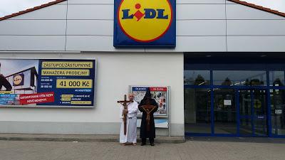 Για την προκλητική αφαίρεση του Σταυρού από τα LIDL, η διαμαρτυρία ήρθε από την Τσεχία! - Εικόνα11