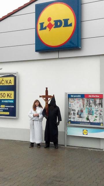 Για την προκλητική αφαίρεση του Σταυρού από τα LIDL, η διαμαρτυρία ήρθε από την Τσεχία! - Εικόνα7