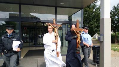 Για την προκλητική αφαίρεση του Σταυρού από τα LIDL, η διαμαρτυρία ήρθε από την Τσεχία! - Εικόνα8