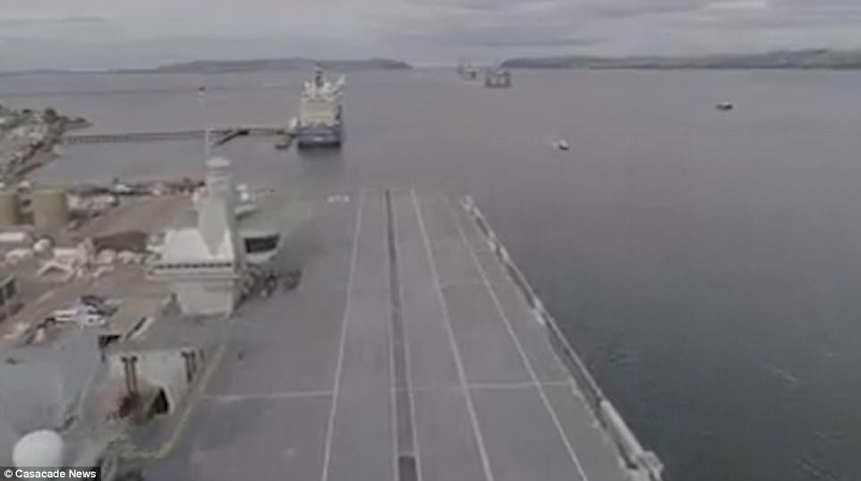 """Ρεζίλι το Βρετανικό πολεμικό ναυτικό: Αγνωστος προσγείωσε drone στο ολοκαίνουριο αεροπλανοφόρο """"HMS Queen Elizabeth"""" – Kαι μετά θίχτηκαν από τις δηλώσεις των Ρώσων [βίντεο] - Εικόνα1"""