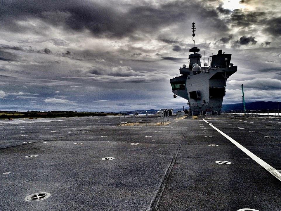 """Ρεζίλι το Βρετανικό πολεμικό ναυτικό: Αγνωστος προσγείωσε drone στο ολοκαίνουριο αεροπλανοφόρο """"HMS Queen Elizabeth"""" – Kαι μετά θίχτηκαν από τις δηλώσεις των Ρώσων [βίντεο] - Εικόνα2"""