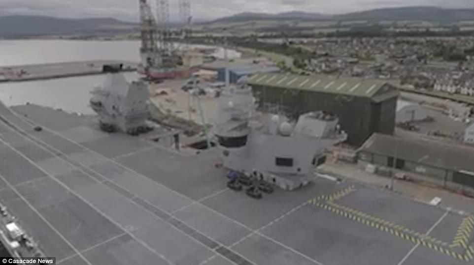 """Ρεζίλι το Βρετανικό πολεμικό ναυτικό: Αγνωστος προσγείωσε drone στο ολοκαίνουριο αεροπλανοφόρο """"HMS Queen Elizabeth"""" – Kαι μετά θίχτηκαν από τις δηλώσεις των Ρώσων [βίντεο] - Εικόνα5"""