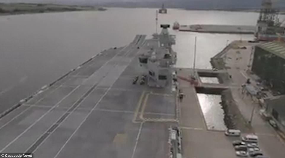 """Ρεζίλι το Βρετανικό πολεμικό ναυτικό: Αγνωστος προσγείωσε drone στο ολοκαίνουριο αεροπλανοφόρο """"HMS Queen Elizabeth"""" – Kαι μετά θίχτηκαν από τις δηλώσεις των Ρώσων [βίντεο] - Εικόνα6"""