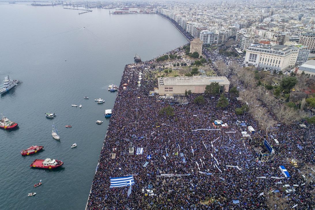 «Σεισμός» στο Μέγαρο Μαξίμου από το συλλαλητήριο της Θεσσαλονίκης – Τρέχουν να κάνουν έκτακτες συσκέψεις μπας και… σωθούν - Εικόνα1
