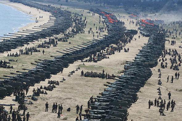 Συγκλονιστικές εικόνες: Σε θέσεις μάχης ο Στρατός της Β.Κορέας – Ο Κιμ Γιονγκ Ουν επιθεωρεί τα στρατεύματα: «Αμερικανοί είμαστε έτοιμοι»- Δείτε εικόνες και βίντεο - Εικόνα1