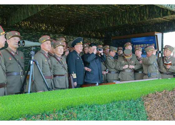 Συγκλονιστικές εικόνες: Σε θέσεις μάχης ο Στρατός της Β.Κορέας – Ο Κιμ Γιονγκ Ουν επιθεωρεί τα στρατεύματα: «Αμερικανοί είμαστε έτοιμοι»- Δείτε εικόνες και βίντεο - Εικόνα21