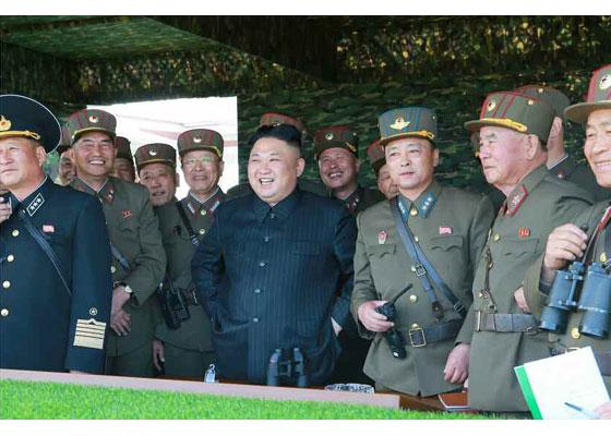 Συγκλονιστικές εικόνες: Σε θέσεις μάχης ο Στρατός της Β.Κορέας – Ο Κιμ Γιονγκ Ουν επιθεωρεί τα στρατεύματα: «Αμερικανοί είμαστε έτοιμοι»- Δείτε εικόνες και βίντεο - Εικόνα22