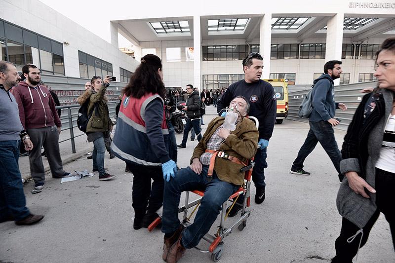 Συμβαίνει τώρα: Αστυνομικοί προσπαθούν να φυγαδεύσουν τους συμβολαιογράφους που έκαναν τους πλειστηριασμούς - Εικόνα 0