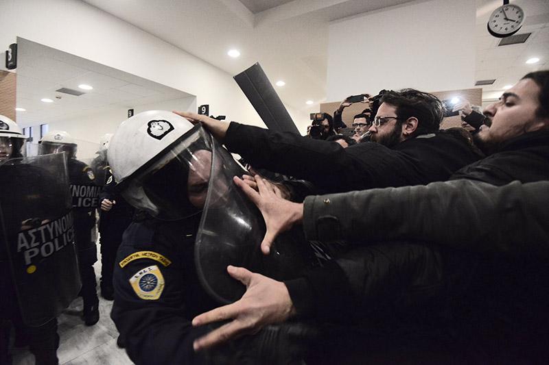 Συμβαίνει τώρα: Αστυνομικοί προσπαθούν να φυγαδεύσουν τους συμβολαιογράφους που έκαναν τους πλειστηριασμούς - Εικόνα 1