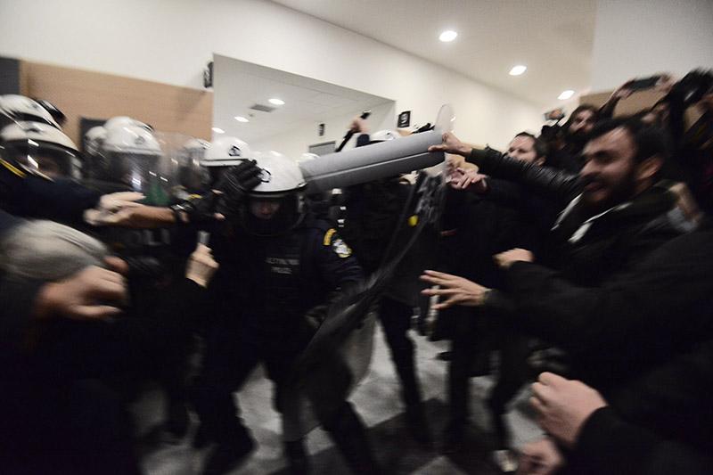 Συμβαίνει τώρα: Αστυνομικοί προσπαθούν να φυγαδεύσουν τους συμβολαιογράφους που έκαναν τους πλειστηριασμούς - Εικόνα 2