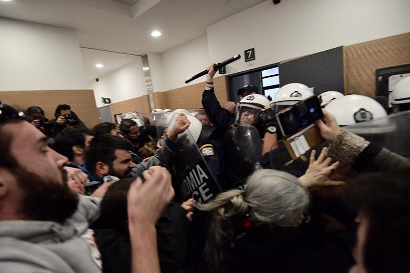 Συμβαίνει τώρα: Αστυνομικοί προσπαθούν να φυγαδεύσουν τους συμβολαιογράφους που έκαναν τους πλειστηριασμούς - Εικόνα 3