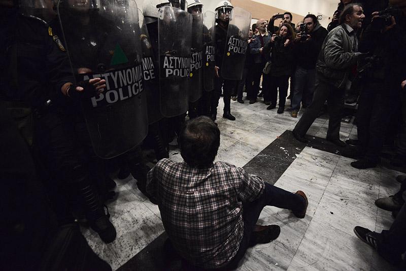 Συμβαίνει τώρα: Αστυνομικοί προσπαθούν να φυγαδεύσουν τους συμβολαιογράφους που έκαναν τους πλειστηριασμούς - Εικόνα 4