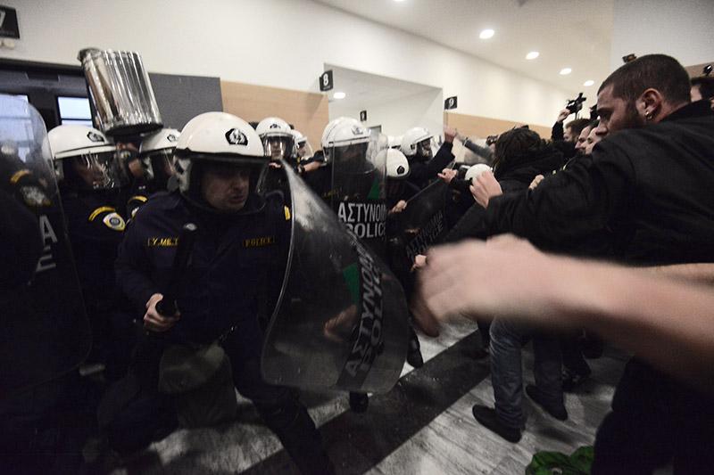 Συμβαίνει τώρα: Αστυνομικοί προσπαθούν να φυγαδεύσουν τους συμβολαιογράφους που έκαναν τους πλειστηριασμούς - Εικόνα 5
