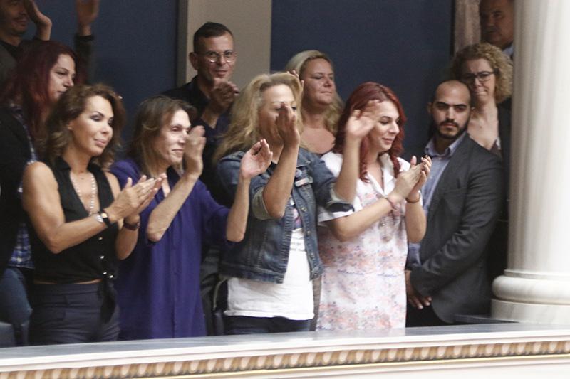 Ο ΣΥΡΙΖΑ έμεινε στην Ιστορία για τις εικόνες αυτές: Πανηγυρίζουν τρανς, γκει στα θεωρεία της Βουλής – Tι μέλλον έχει αυτή η χώρα; - Εικόνα5
