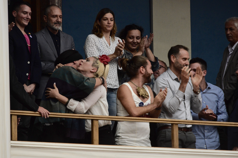 Ο ΣΥΡΙΖΑ έμεινε στην Ιστορία για τις εικόνες αυτές: Πανηγυρίζουν τρανς, γκει στα θεωρεία της Βουλής – Tι μέλλον έχει αυτή η χώρα; - Εικόνα6
