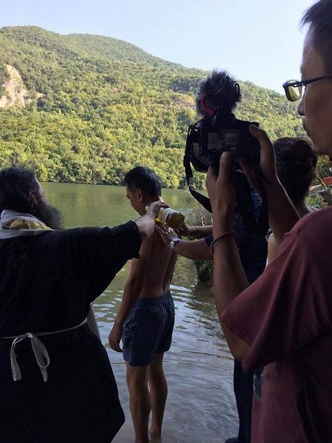 Ταξίδεψε από την Κίνα για να βαπτιστεί Χριστιανός στην Ελλάδα (εικόνες) - Εικόνα0