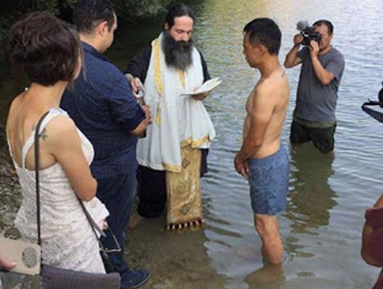 Ταξίδεψε από την Κίνα για να βαπτιστεί Χριστιανός στην Ελλάδα (εικόνες) - Εικόνα2