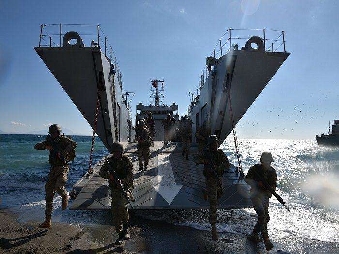 Θύελλα στο Αιγαίο με την Τουρκία να «εκβιάζει» κατάρριψη: Έμφορτο με Leopard, M113 και πεζοναύτες το αρματαγωγό «ΛΕΣΒΟΣ» πλέει προς άγνωστο προορισμό – Ενισχύονται οι γραμμές άμυνας - Εικόνα0