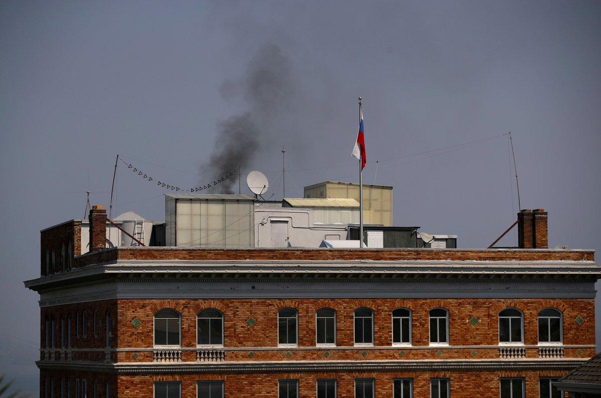 Θρίλερ στο Σαν Φρανσίσκο: Μαύρος καπνός στο ρωσικό προξενείο -Καίνε απόρρητα έγγραφα οι Ρώσοι διπλωμάτες πριν μπουκάρουν οι πράκτορες του FBI – Δείτε εικόνες και βίντεο - Εικόνα1