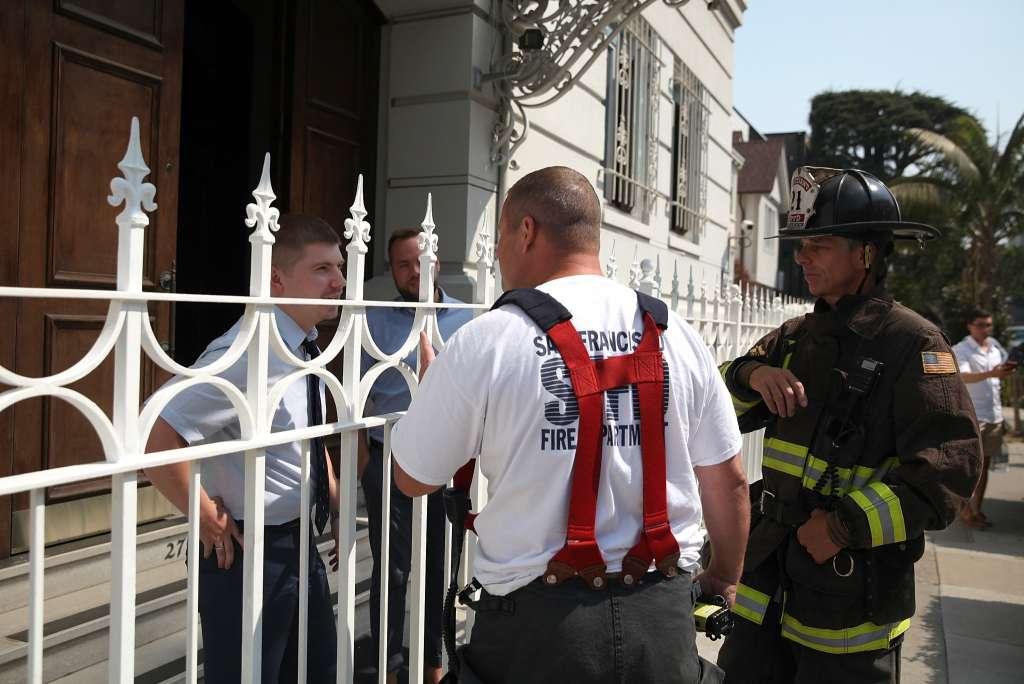 Θρίλερ στο Σαν Φρανσίσκο: Μαύρος καπνός στο ρωσικό προξενείο -Καίνε απόρρητα έγγραφα οι Ρώσοι διπλωμάτες πριν μπουκάρουν οι πράκτορες του FBI – Δείτε εικόνες και βίντεο - Εικόνα4