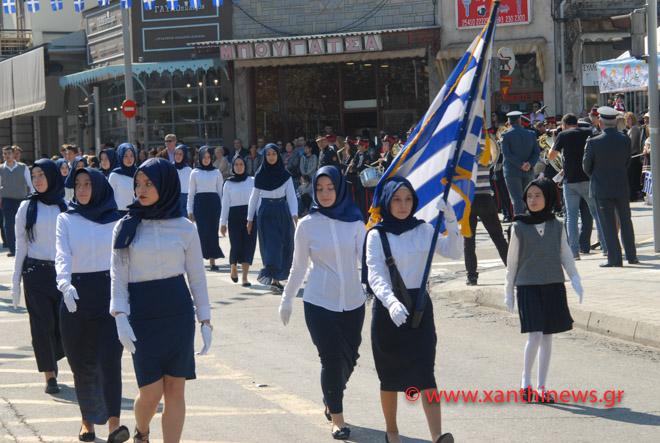 Τρίζουν τα κόκαλα του Κολοκοτρώνη: Παρέλαση με «μαντίλες» για πρώτη φορά σε εθνική εορτή… στην Ξάνθη – Δείτε τις φωτογραφίες - Εικόνα0
