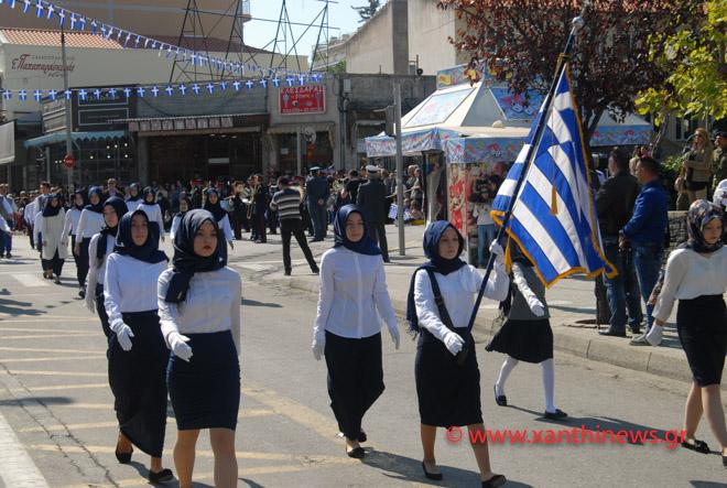 Τρίζουν τα κόκαλα του Κολοκοτρώνη: Παρέλαση με «μαντίλες» για πρώτη φορά σε εθνική εορτή… στην Ξάνθη – Δείτε τις φωτογραφίες - Εικόνα1