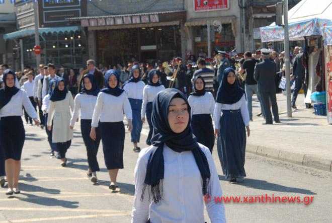 Τρίζουν τα κόκαλα του Κολοκοτρώνη: Παρέλαση με «μαντίλες» για πρώτη φορά σε εθνική εορτή… στην Ξάνθη – Δείτε τις φωτογραφίες - Εικόνα2