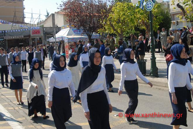 Τρίζουν τα κόκαλα του Κολοκοτρώνη: Παρέλαση με «μαντίλες» για πρώτη φορά σε εθνική εορτή… στην Ξάνθη – Δείτε τις φωτογραφίες - Εικόνα3