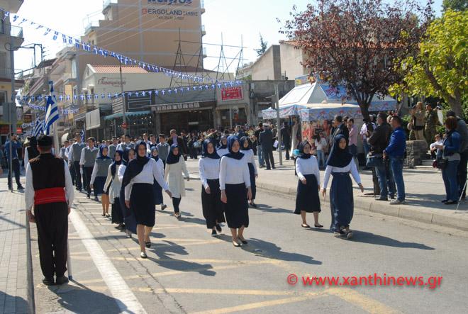 Τρίζουν τα κόκαλα του Κολοκοτρώνη: Παρέλαση με «μαντίλες» για πρώτη φορά σε εθνική εορτή… στην Ξάνθη – Δείτε τις φωτογραφίες - Εικόνα4