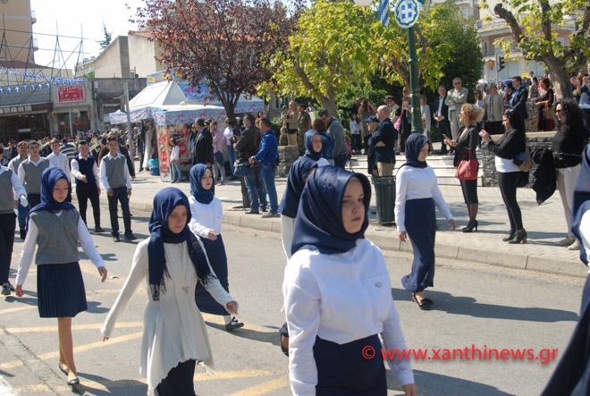 Τρίζουν τα κόκαλα του Κολοκοτρώνη: Παρέλαση με «μαντίλες» για πρώτη φορά σε εθνική εορτή… στην Ξάνθη – Δείτε τις φωτογραφίες - Εικόνα5