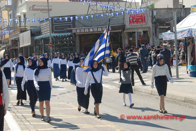 Τρίζουν τα κόκαλα του Κολοκοτρώνη: Παρέλαση με «μαντίλες» για πρώτη φορά σε εθνική εορτή… στην Ξάνθη – Δείτε τις φωτογραφίες - Εικόνα6