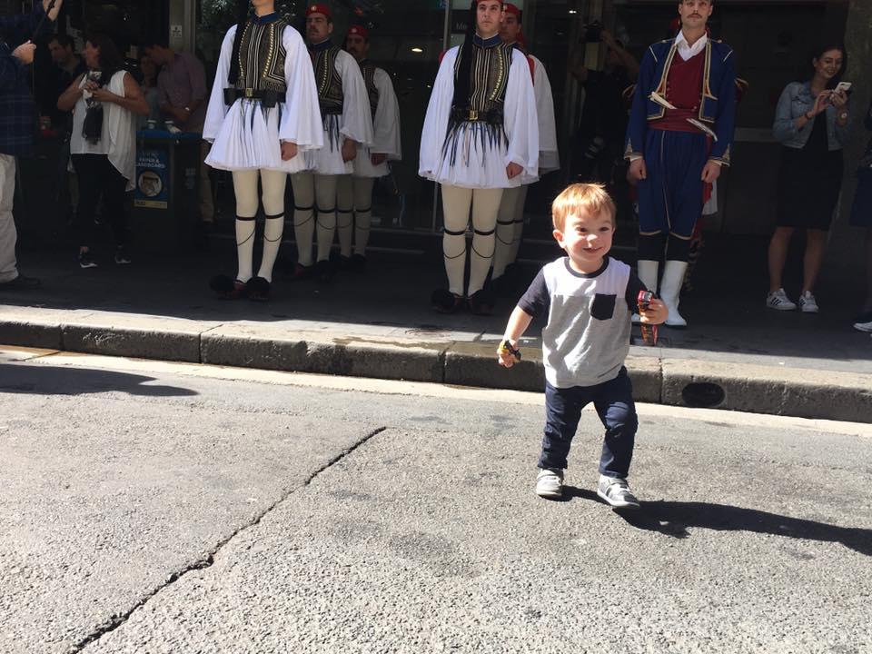 Τρομερή εικόνα από την Αυστραλία: Δείτε την συγκίνηση του Εύζωνα όταν άκουσε για την Ελλάδα! - Εικόνα1
