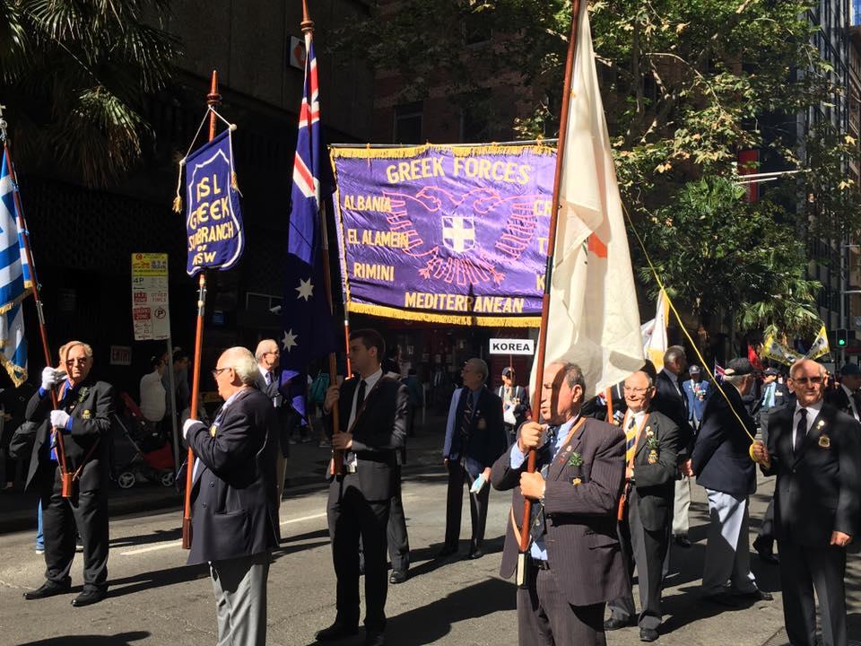 Τρομερή εικόνα από την Αυστραλία: Δείτε την συγκίνηση του Εύζωνα όταν άκουσε για την Ελλάδα! - Εικόνα13
