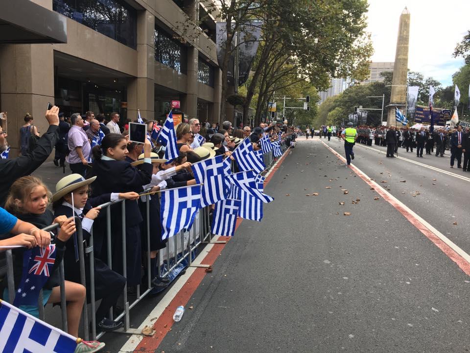 Τρομερή εικόνα από την Αυστραλία: Δείτε την συγκίνηση του Εύζωνα όταν άκουσε για την Ελλάδα! - Εικόνα14