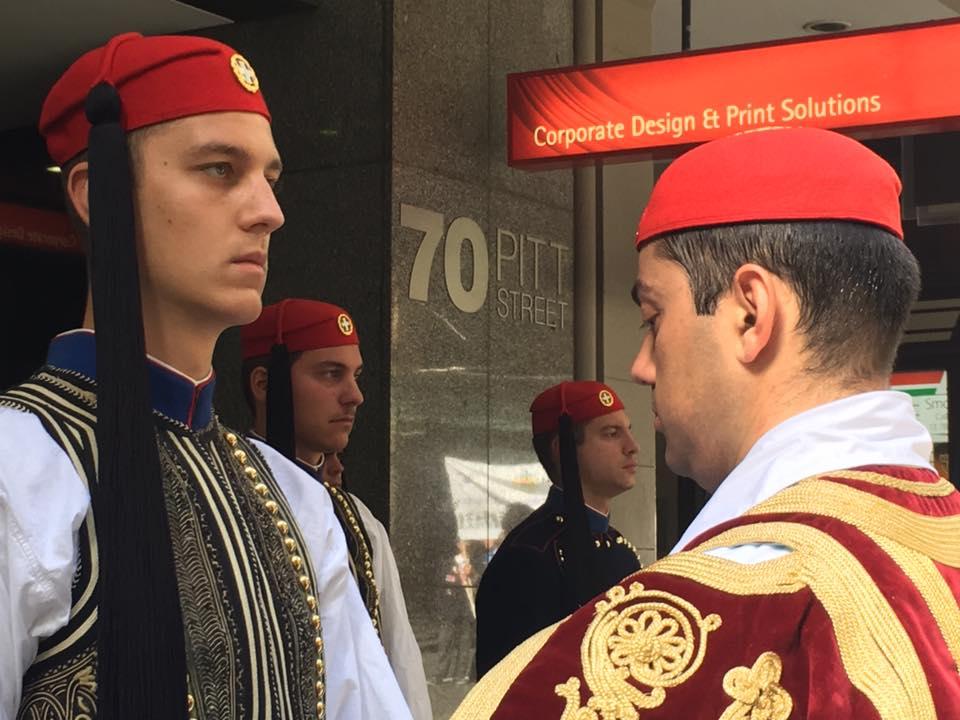 Τρομερή εικόνα από την Αυστραλία: Δείτε την συγκίνηση του Εύζωνα όταν άκουσε για την Ελλάδα! - Εικόνα7