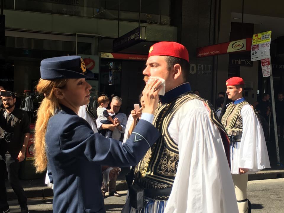 Τρομερή εικόνα από την Αυστραλία: Δείτε την συγκίνηση του Εύζωνα όταν άκουσε για την Ελλάδα! - Εικόνα8