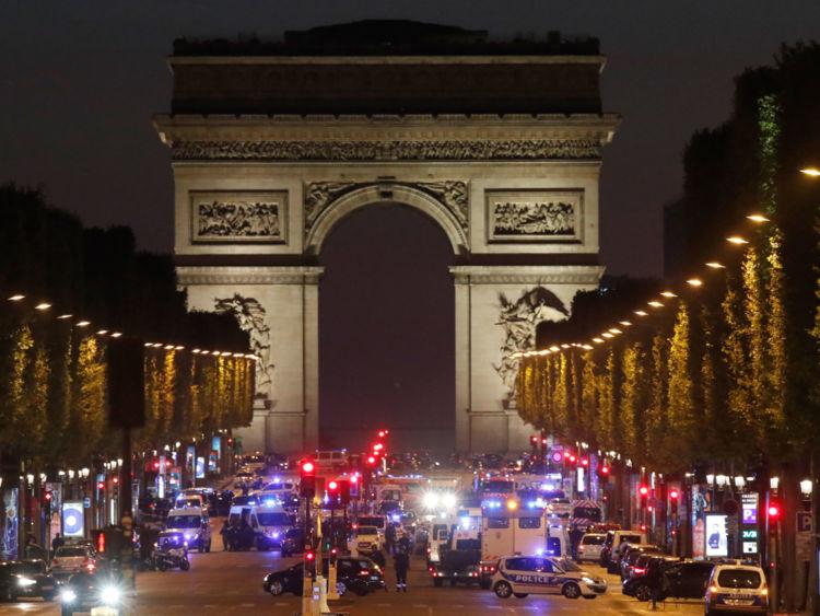 Τζιχαντιστές χτύπησαν το Παρίσι: 1 νεκρός και 2 τραυματίες αστυνομικοί - Εικόνα 0