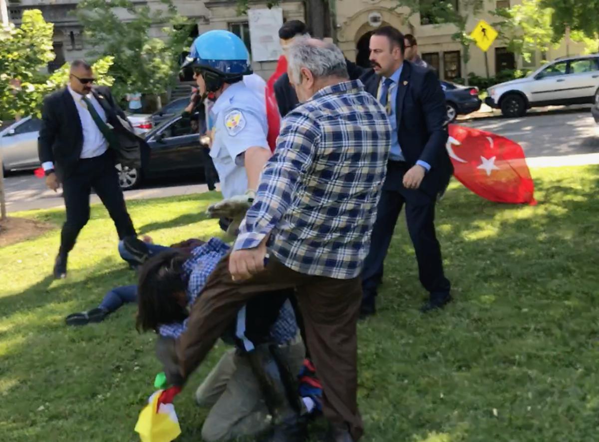 Βίαιη επίθεση εναντίον Κούρδων από Τούρκους μπάτσους: Εννέα συλλήψεις, δύο σοβαρά τραυματίες - Εικόνα1