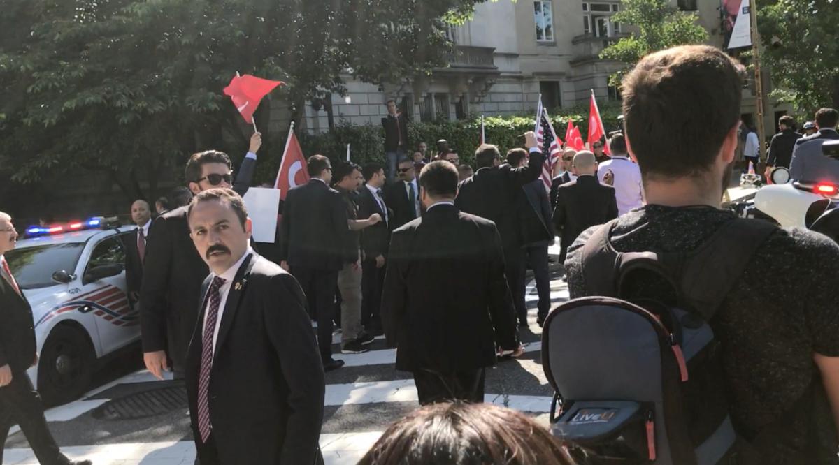 Βίαιη επίθεση εναντίον Κούρδων από Τούρκους μπάτσους: Εννέα συλλήψεις, δύο σοβαρά τραυματίες - Εικόνα2