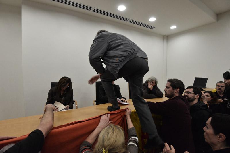 Βίντεο: Έβγαλαν «σηκωτούς» συμβολαιογράφους από πλειστηριασμό - Εικόνα 2